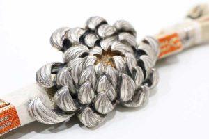 大きい菊花のアンティーク帯留