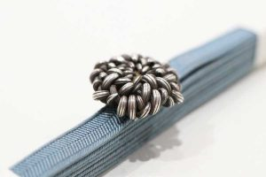 小ぶりの菊花のアンティーク帯留